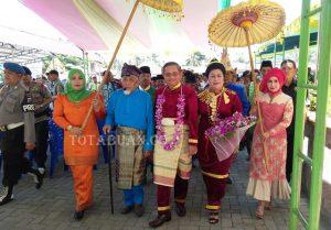 Brigjen Pol Wilmar Marpaung didampingi Istri saat dijemput sebelum prosesi pemberian gelar adat Bogani In Totabuan