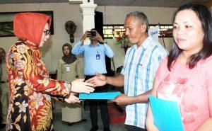 Walikota Tatong Bara saat menyerahkan bentuk perijinan secara simbolis  kepada para pelaku Usaha