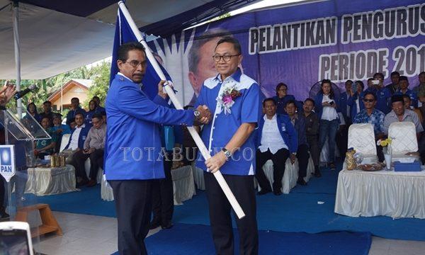 Ketua Umum DPP PAN Zulkifli Hasan saat menyerahkan pataka kepada Ketua DPW PAN Sulut Sehan Landjar