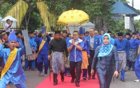 Ketua Umum PAN Zulkifli Hasan saat disambut dengan Adat saat tiba di rumah dinas wali kota Kotamobagu