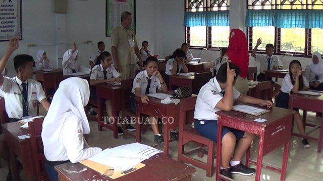 Suasan ujian nasional tingkat SMP