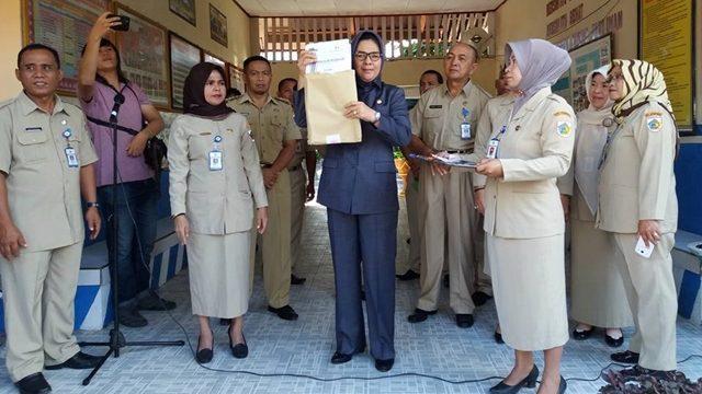 Wali Kota Tatong Bara yang didampingi Kadis Pendidikan pemuda dan Olahraga Rukmi Simbala saat membuka naskah ujian di SD Kobo Kecil