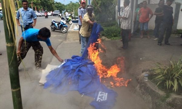 Pembakaran atribut PAN di depan rumah dinas wali Kota Kotamobagu