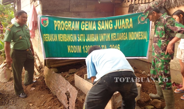 Anggota Kodim 1303 Bolmong saat membuat Jamban disalah satu rumah milik warga