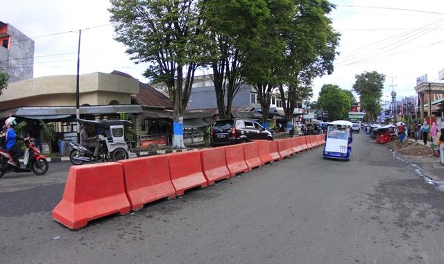 Dishub Pasang Barrier Beton di Jalur Macet