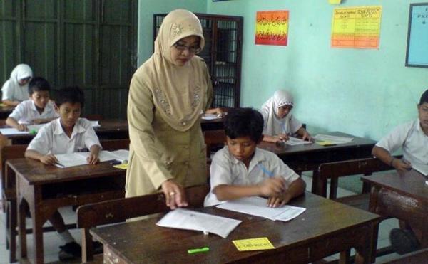 Guru PNS Tidak Boleh Mengajar di Sekolah Swasta