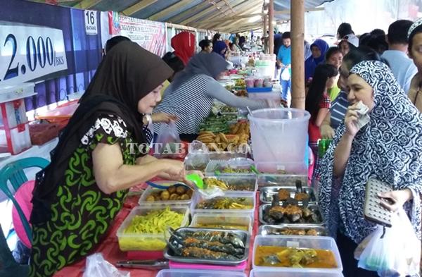 Pasar Ramadhan Tak Pernah Sepi dari Pembeli