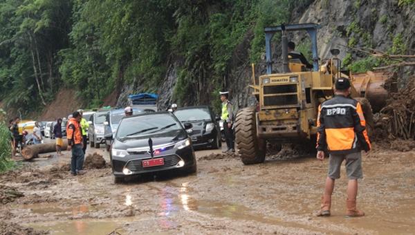 Jalan Lobong Tertimbun Longsor. BPBD Himbau Warga Waspada