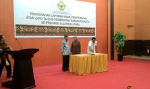 Diterima: Tampak Bupati Bolmong, Salihi B Mokodongan saat menandatangani berita acara pada penerimaan opini WDP (Wajar Dengan Pengecualian) di Kantor BPK Perwakilan Sulut, kemarin. (Foto: Istimewa)