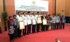 Akrab: Tampak suasana foto bersama Bupati Bolmong, Salihi B Mokodongan (kelima dari kiri) dengan para Kepala Daerah (Kada) Sulut, yang menerima LHP (Laporan Hasil Pemeriksaan) kemarin. (Foto: Istimewa)