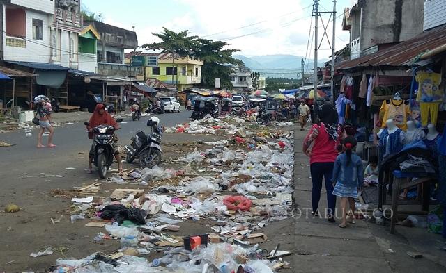Sampah usai pasar Senggol di Kotamobagu