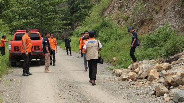 Tim dari BNPB saat berada di ruas jalan Pindol