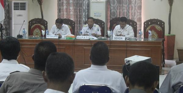 Bupati Nixon Watung saat rapat bersama pimpinan SKPD