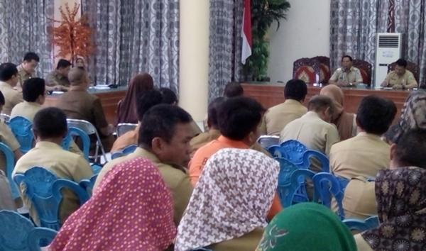 Bupati Salihi Mokodongan didampingi Sekda Ashari Sugeha saat memimpin rapat kerja