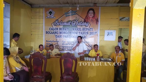 Djelantik Mokodompit saat mendaftar di Sekretariat Golkar