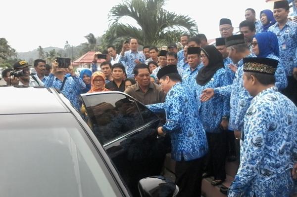 Mantan Bupati Bolmong Serahkan Mobil Dinas