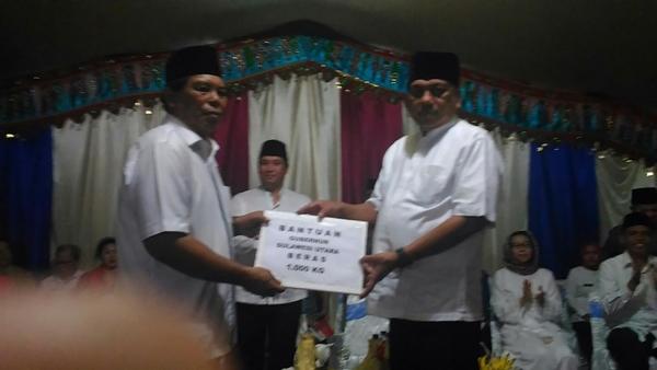 Gubernur Sulut Olly Dondokambey secara simbolia menyerahkan bantuan beras kepada Bupati Bolmong Salihi Mokodongan