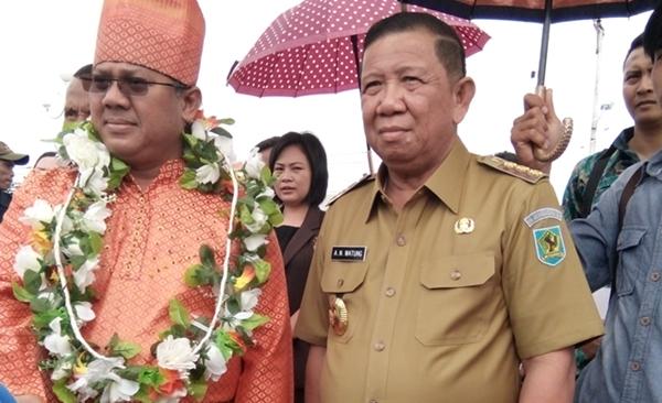 Penjabat Bupati Bolmong bersama Komisioner KPU RI Arief Budiman saat kunjungi lokasi wisata pantai Bungin