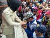 Petugas kebersihan saat menerima Pila Adipura dari Walikota