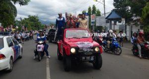 Piala Adipura bersama Walikota Tatong Bara saat membawa piala Adipura menuju lapangan Kotambagu