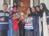 Sejumlah siswa usai bertemu Walikota di rumah dinas bersama piala Adipura