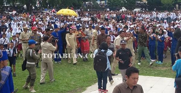 Walikota saat dijemput bersama piala Adipura