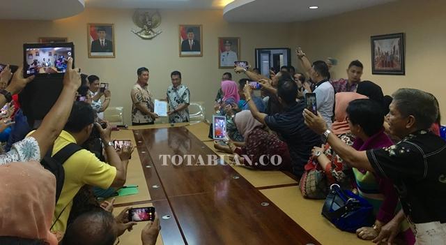 Wakil Gubernur Steven Kandow saat menyerahkan SK kepada Ashari Sugeha sebagai Plh Bupati Bolmong