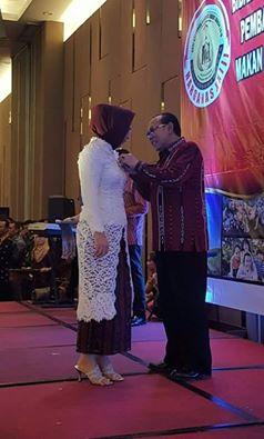Walikota Kotamobagu Tatong Bara saat menerima penghargaan Satya Lencana Manggal Karya Kencana