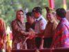 Walikota Kotamobagu Tatong Bara saat menerima piala Adipura yang diserahkan Wakil Presiden Yusuf Kallah