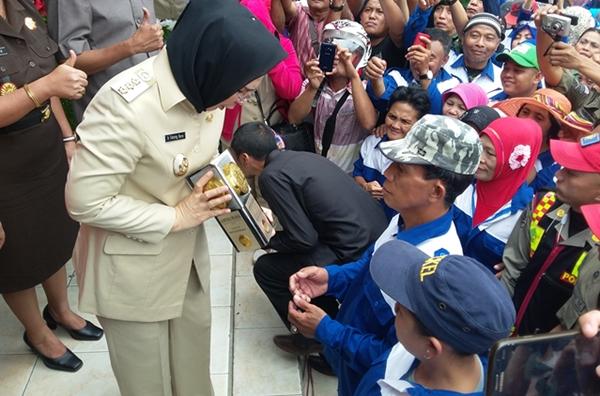 Walikota Tatong Bara saat akan menyerahkan piala Adipura ke perwakilan petugas kebersihan