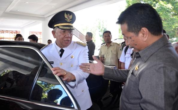 Pj Bupati Bolmong saat naik mobil dinasnya di kantor gubrrnur selesai pelantikan