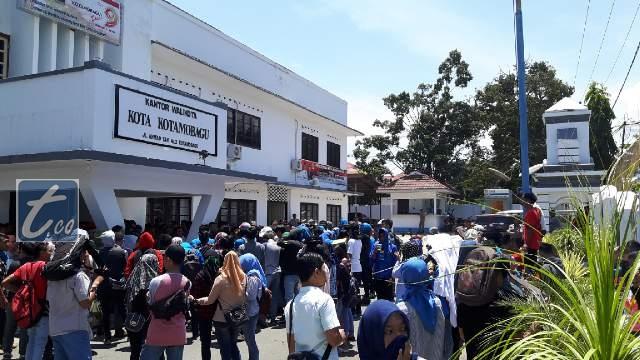 Aksi Demo para mahasiswa dari UDK bersama Dosen dan Rektor menuntu Pemkot ambil alih Yayasan UDK