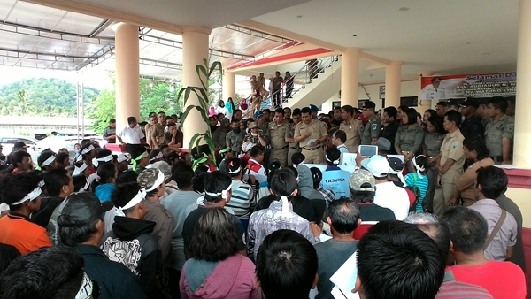 Warga Tiberias Demo di Kantor Pemkab Bolmong
