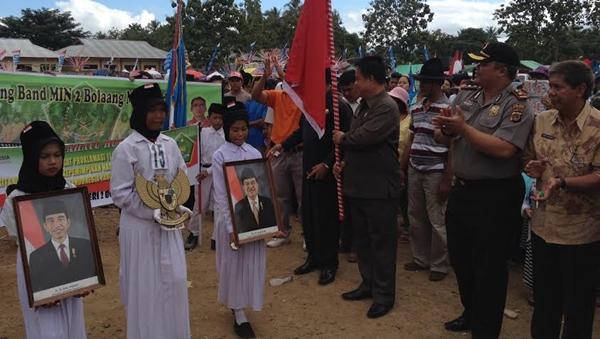 Asisten I Pemkab Bolmong Christ Kamasaan saat membuka Karnaval Etnis dan Budaya di Dumoga