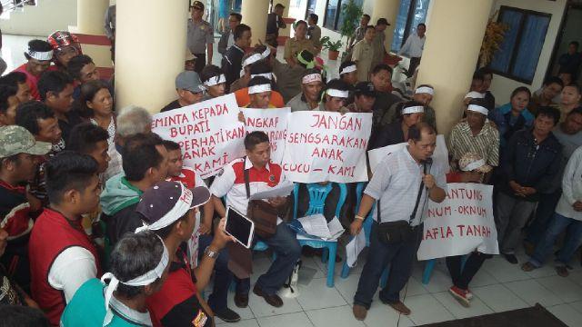Demo warga Tiberias saat melakukan aksi unjuk rasa di kantor bupati Bolmong