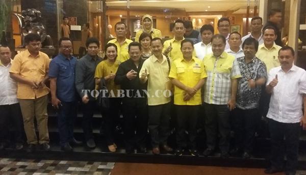 Djelantik Mokodompit bersama pengurus Partai Golkar Sulut. Tampak Korbid pemenagan Wilayah Indonesia Dua Hi Ahmad Hidayat Mus (Tengah)