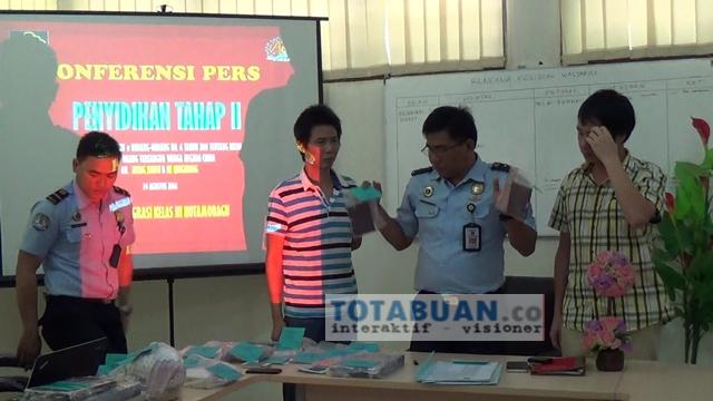 Kepala Imigrasi Kelas III Kotamobagu bersama dua WNA saat konfrensi Pers di kantor Imigrasi