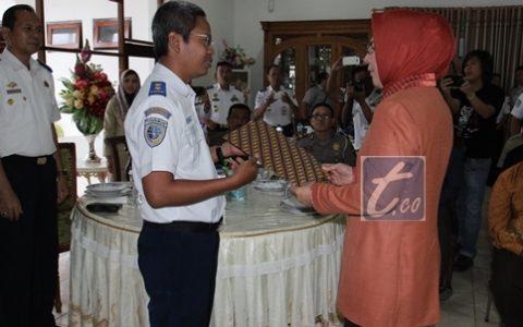 Ketua tim penilai dari Kementrian Perhubungan RI Yusuf Nugroho saat menyerahkan  hasil penilaian ke Wali Kota