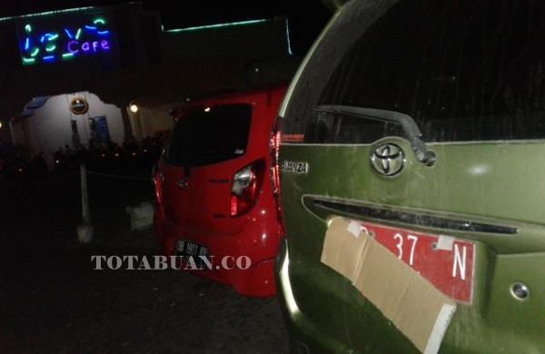 Mulai Salah digunakan: Mobil dinas milik Pemkab Boltim yang ditutupi dengan Kardus terparkir di tempat hiburan malam di Kotamobagu