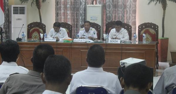 Penjabat Bupati Bolmong Adrianus Nixon Watung saat memimpin rapat dengan kepala SKPD