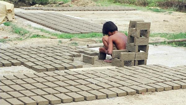 Pemkab Serahkan Bantuan Peralatan Bagi Pengrajin Batu Bata