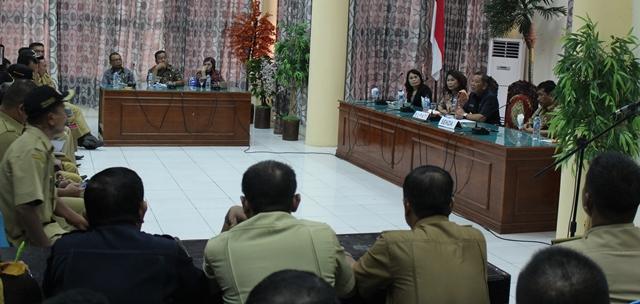 Pj Bupati Adrianus  Nixon Watung saat memimpin rapat bersama para PNS