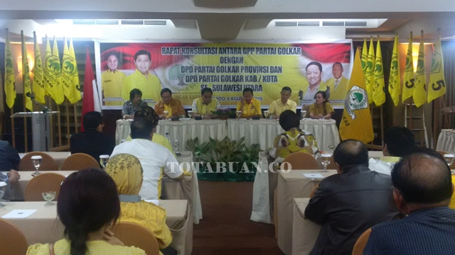 Rapat Konsultasi DPP Partai Golkar bersama DPD I dan DPD II Golkar se Sulut. Tampak Korbid Indonesia Wilayah II Hi Ahmad Hidayat Mus saat memimpin rapat