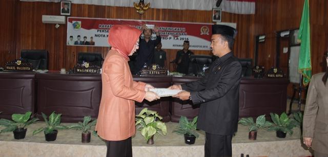Serahterima Nota kesepakatan Ranperda APBDP antara Wali Kota Tatong Bara dan Ketua DPRD Kotamobagu Ahmad Sabir