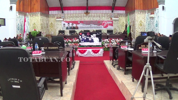 Terlihat Sepi. Rapat Paripurna di Gedung DPRD Kotamobagu mendengarkan Pidato Presiden terlihat banyak kursi yang kosong. Termasuk kursi Wali Kota dan Wakil Wali Kota Kotamobagu serta pimpinan DPRD