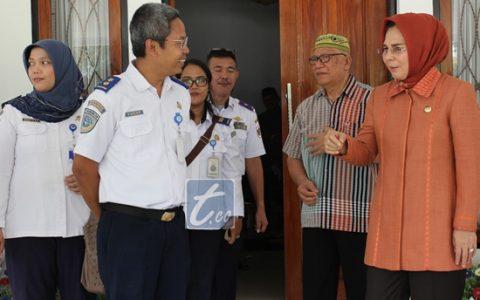 Wali Kota Tatong Bara bersama Ketua tim penilai Wahana Tata Nugraha