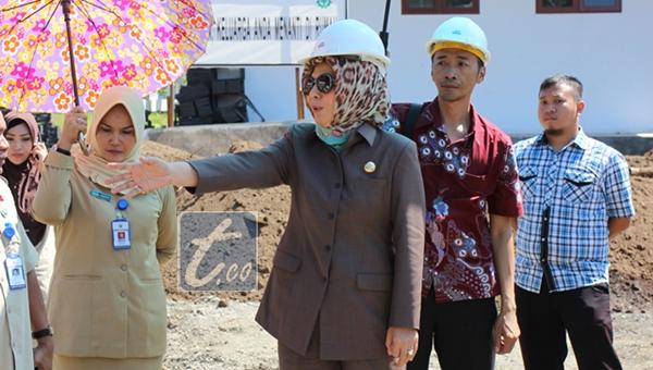 Wali Kota Tatong Bara saat melihat secara langsung proyek tower RSUD