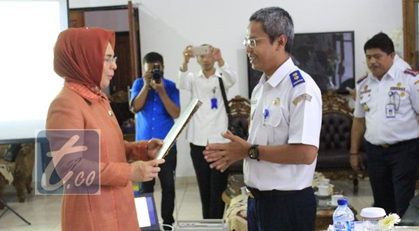 Wali Kota Tatong Bara saat menerima hasil penilaian dari tim Wahana Tata Nugraha Kementrian Perhubungan