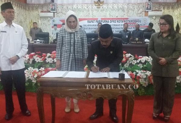 Wali Kota saat menandatangani berita acara usai paripurna LKPJ