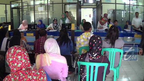 Warga yang sedang mengurus administrasi di kantor Capil Kota Kotamobagu
